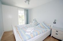 Schlafzimmer 1 Etage mit Doppelbett und Balkon