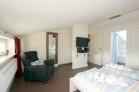 Schlafzimmer im OG mit LCD/TV und Radio/CD/DVD