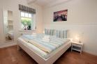 Doppelbett im Schlafzimmer mit Komforthöhe